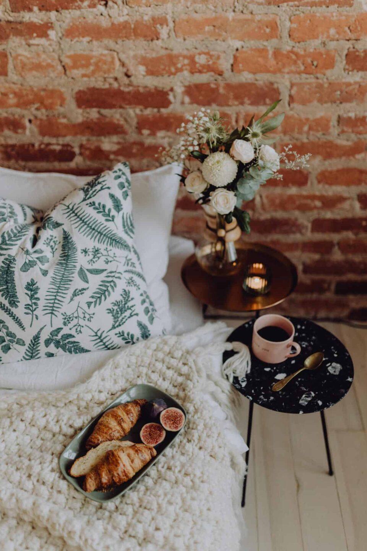 20 Wellness Goals for a Healthier 2020 // cozy bedroom, breakfast in bed