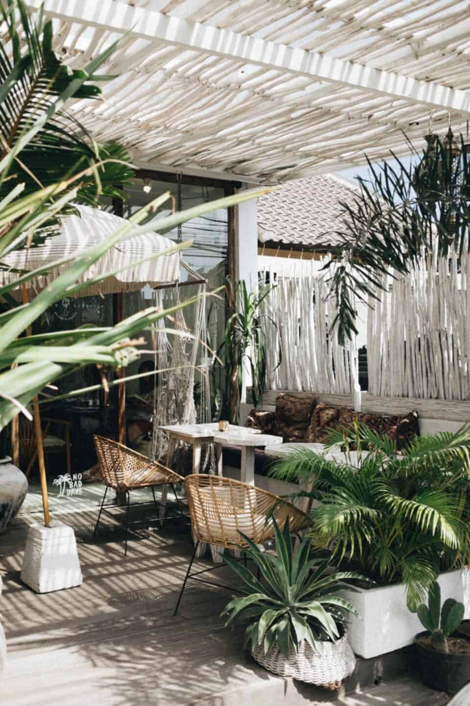 20 Wellness Goals for a Healthier 2020 // house plants, outdoor patio space
